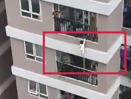 נפלה מהקומה ה-12, ניצלה בנס - והכל תועד במצלמות