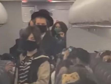 תיעוד: משפחה חרדית גורשה מטיסה כי התינוק לא עטה מסכה