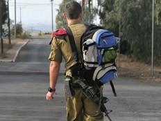 חייל יוצא מהבסיס (צילום: Stavchansky Yakov, shutterstock)