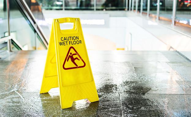 רצפה רטובה, מדרגות (צילום: shutterstock)