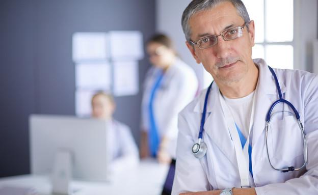 רופא מתבונן (צילום: lenetstan, shutterstock)
