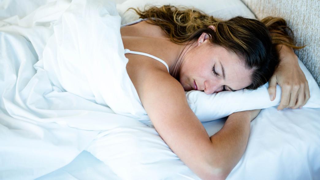 אישה ישנה על הבטן (צילום: wavebreakmedia, shutterstock)