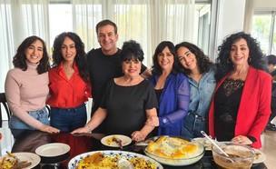 דני קושמרו עם ריטה ומשפחתה (צילום: החדשות12)