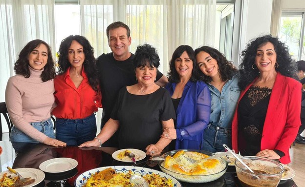 דני קושמרו עם ריטה ומשפחתה (צילום: החדשות 12)