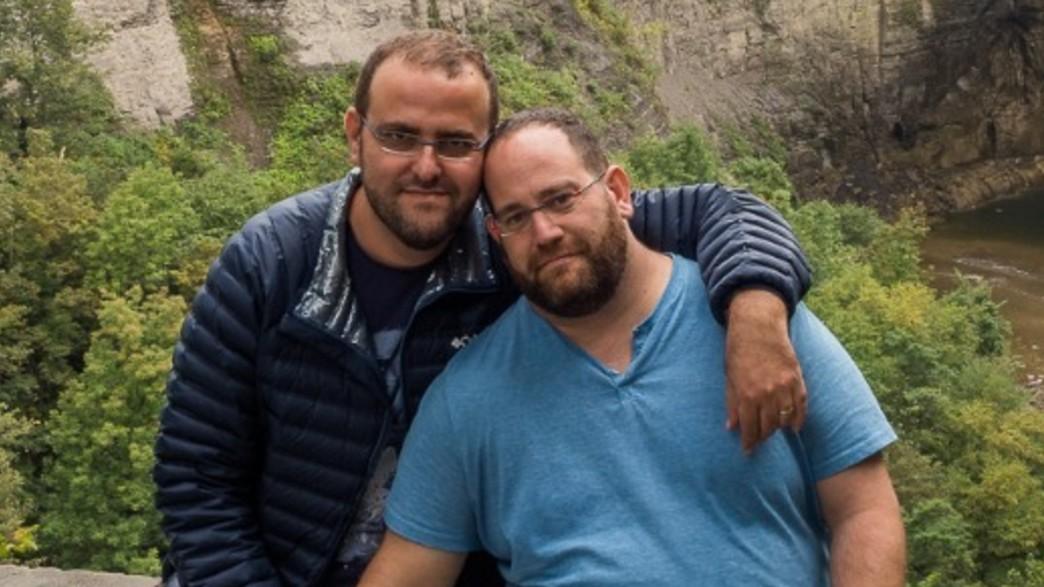 צביקה שטיין ובן זוגו  (צילום: אלבום פרטי)