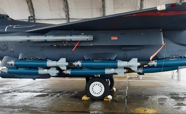 המטוס והפצצות (צילום: Savanah Bray/AF)