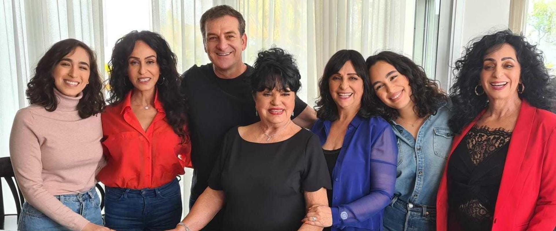 דני קושמרו עם ריטה ומשפחתה (צילום: חוסין אל אוברה)