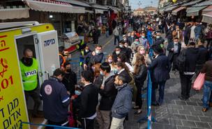 מתחם חיסוני קורונה בשוק מחנה יהודה אתמול (צילום: אוליבייה פיטוסי, פלאש 90)