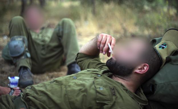 חיילי צה''ל מעשנים, אילוסטרציה (צילום: flash 90 / Matanya Tausig, חדשות)
