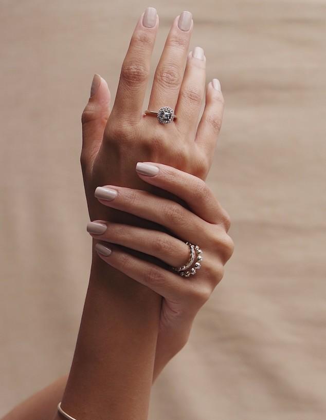 דוגמנית ידיים  (צילום: מאור כהן | תכשיטי רויאלטי)