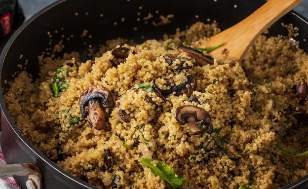 תבשיל קינואה עם תרד ופטריות (צילום: נמרוד סונדרס, אוכל טוב)