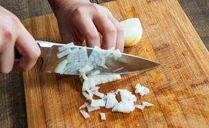 חיתוך בצל (צילום:  siamionau pavel, Shutterstock)