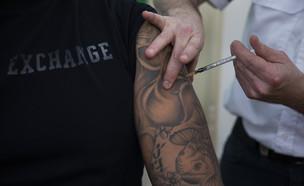 גבר מתחסן נגד קורונה  (צילום: עודד בלילטי, ap)