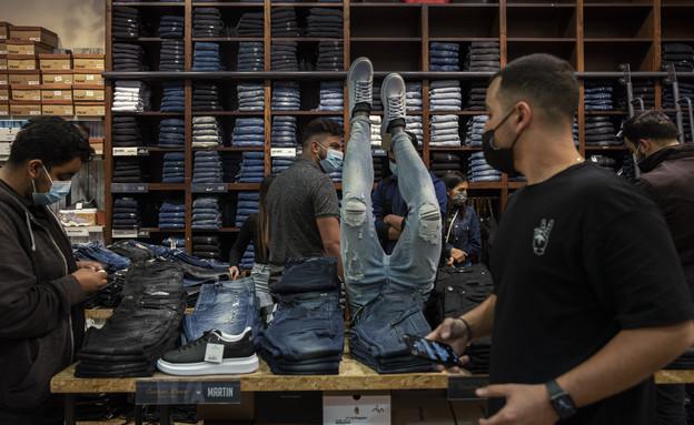 קונים בחנות בגדים בבאר שבע (צילום: צפריר אביוב ל-AP)