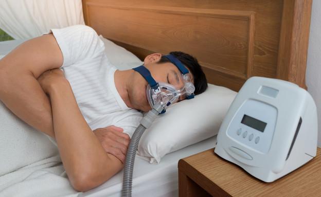 גבר מחובר למכשיר מונע נחירות, דום נשימה בשינה (צילום: sbw18, shutterstock)