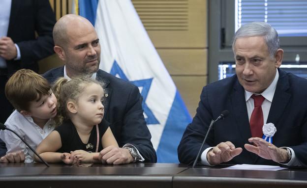אמיר אוחנה וילדיו עם ראש הממשלה בנימין נתניהו (צילום: Hadas Parush Flash90, פלאש 90)