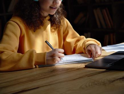 סטודנטית עונה על מבחן בזום (צילום: By insta_photos, shutterstock)