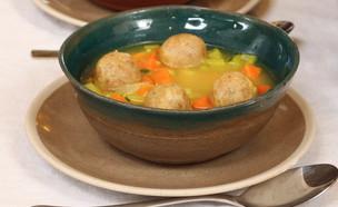 מרק ירקות עם קניידלך טבעוני (צילום: שיר סלעית)