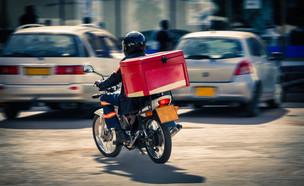 שליח על אופנוע (צילום: By Lucian Coman, shutterstock)