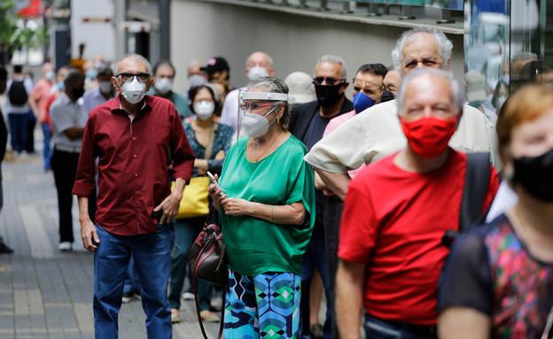 תור לחיסון בברזיל (צילום:  Nelson Antoine, shutterstock)