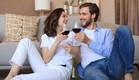 זוג שותה יין בבית (צילום: tsyhun, shutterstock)