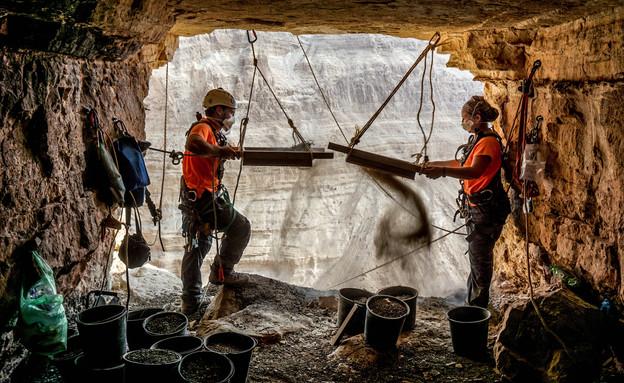 הארכיאולוגים חגי המר ואוריה עמיחי מסננים ממצאים בכניסה למערת האימה (צילום: איתן קליין, רשות העתיקות)