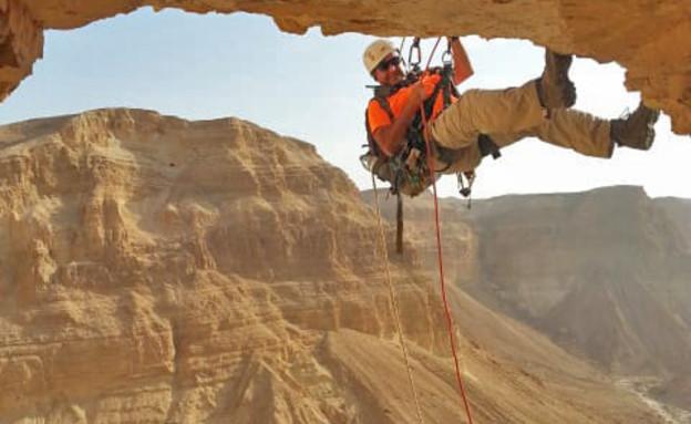 גלישה למערת האימה (צילום: איתן קליין, רשות העתיקות)