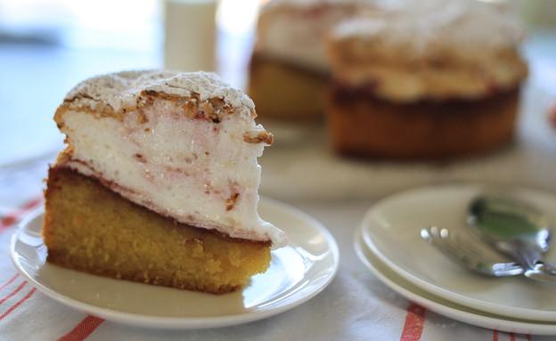 עוגת פולנטה שקדים עם מרנג ריבת פטל (צילום: קרן אגם, אוכל טוב)