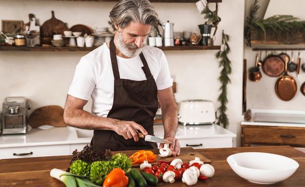 גבר מבשל (צילום: Dean Drobot, shutterstock)