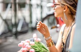 8 - אישה מעשנת, קנאביס (צילום: shutterstock)