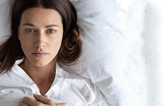 5 - אישה שוכבת במיטה, מבט על (צילום: shutterstock)