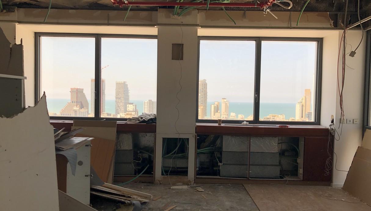 המשרד של יובל נח הררי, העלאת מזגנים לתקרה