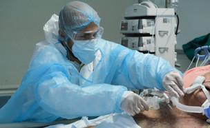 חולה קורונה מאושפז (צילום: Alexandros Michailidis / Shutterstock.com)