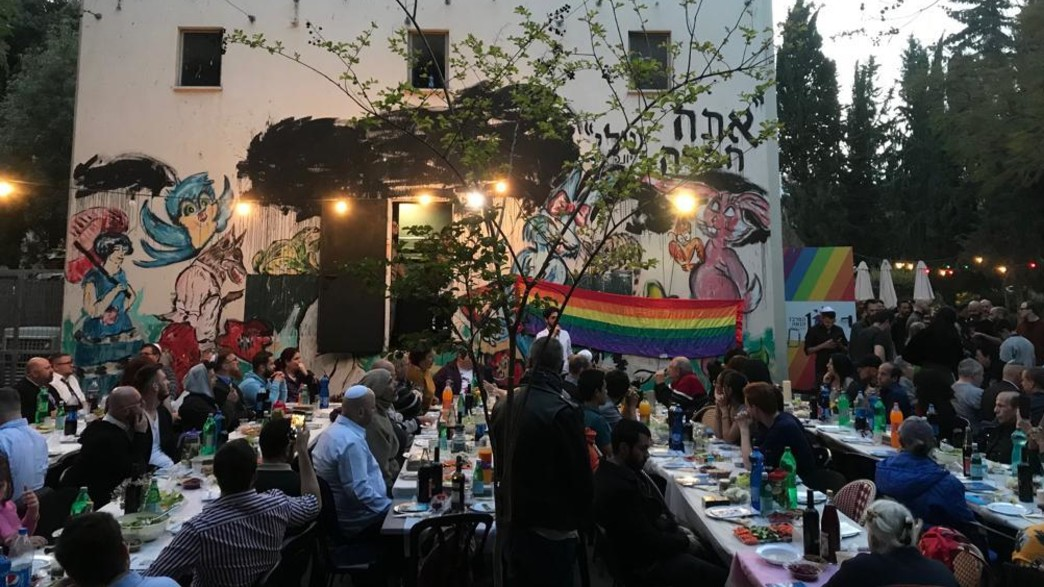 """ארוחת החג של האגודה למען הלהט""""ב בשנה שעברה (צילום: האגודה למען הלהט""""ב)"""