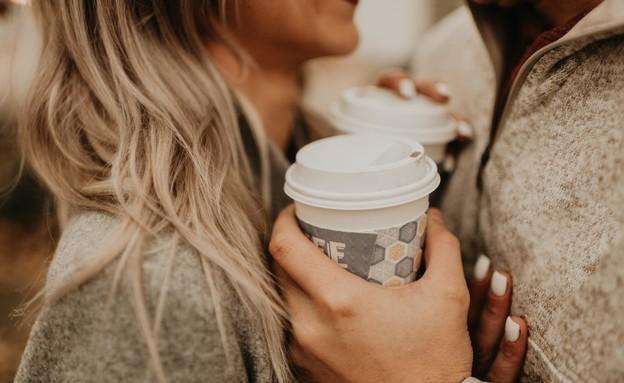 זוג עם קפה (צילום: devon-divine unsplash)