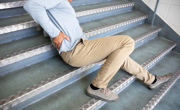 איש נופל במדרגות (צילום: shutterstock)