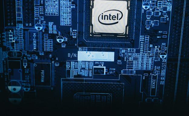 מחשב עם לוגו אינטל (צילום: DANIEL CONSTANTE, shutterstock)