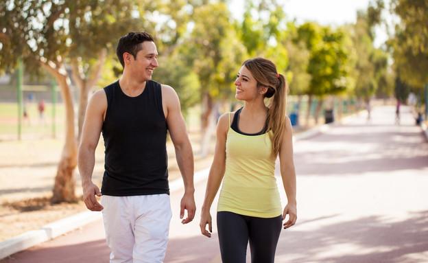 זוג הולך בפארק (צילום: antoniodiaz, shutterstock)