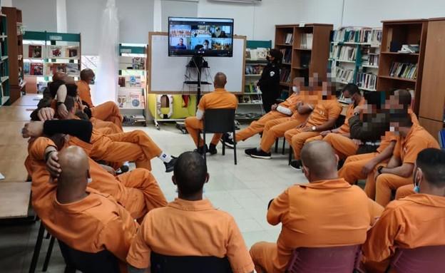 """האסירים שמשתתפים בתוכנית ״אל-מנארה״ בהרצאה (צילום: דוברות שב""""ס, דוברות שב""""ס )"""