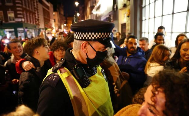 הקורונה בבריטניה: צעירים חוזרים לפאבים (צילום: רויטרס)