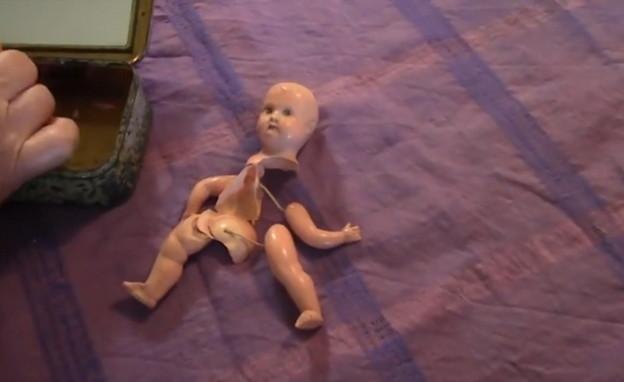 בובה שבורה שנשארה לאילסיה מאז ילדותה, מזכרת מאמה (צילום: מתוך סרטה של יונה פלד)