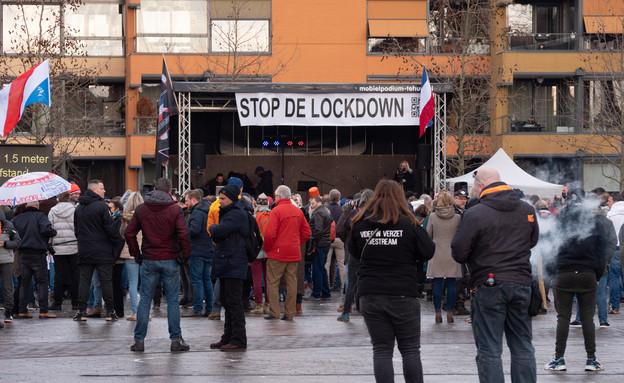 מחאה נגד הסגר בהולנד (צילום: MyStockVideo / Shutterstock.com)