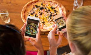 אוכלות פיצה (צילום:  ABO PHOTOGRAPHY, shutterstock)