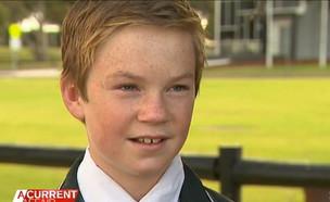 """לוי, תלמידים בבית הספר בראואר (צילום: מתוך שידורי """"ערוץ 9"""" האוסטרלי)"""