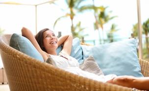 אישה מחייכת ורגועה (צילום: Maridav, shutterstock)