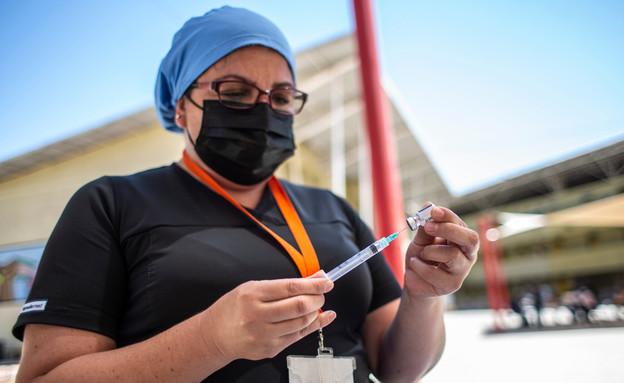 חיסונים בצ'ילה (צילום: Israel Chavez Rojas / Shutterstock.com)