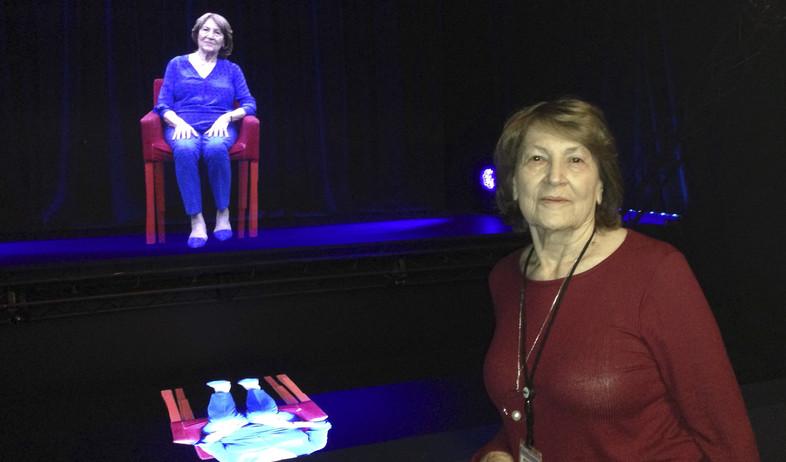 שורדת השואה פריצי פריצשל עומדת ליד ההולוגרמה שלה במוזיאון באילינוי (צילום: ap)