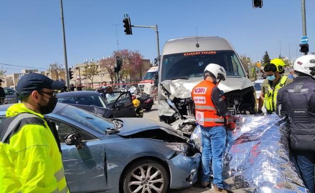 תאונת שרשרת, ירושלים, מיניבוס, הולכת רגל (צילום: כבאות והצלה מחוז ירושלים)