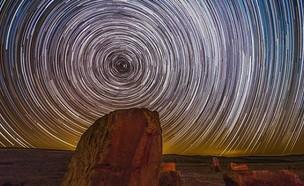 השמיים בחשיפה ארוכה במצפה רמון (צילום: Jonathan elihis)