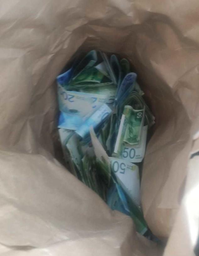 שק שטרות כסף ללא דורש (צילום: באדיבות משטרת ישראל)